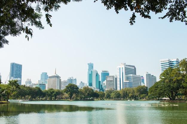 Widok Wieży Budynku Bangkok Skyline W Lumpini Park Premium Zdjęcia