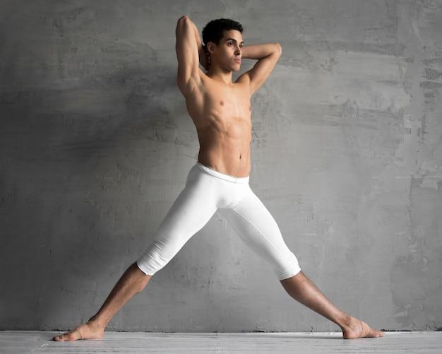 Widok Z Boku Bez Koszuli Tancerz Mężczyzna Pozowanie Darmowe Zdjęcia