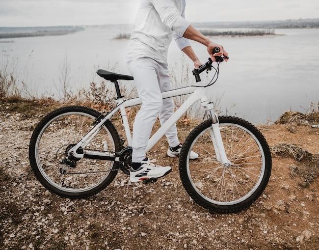 Widok Z Boku Człowieka Na Rowerze Górskim Darmowe Zdjęcia