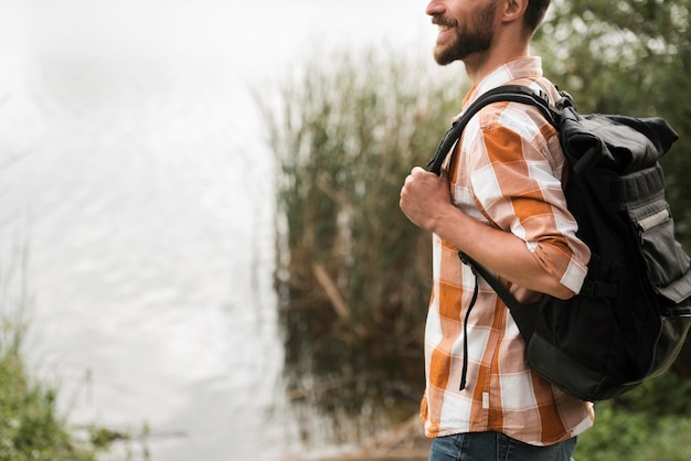 Widok Z Boku Człowieka Z Plecakiem Na Zewnątrz Darmowe Zdjęcia