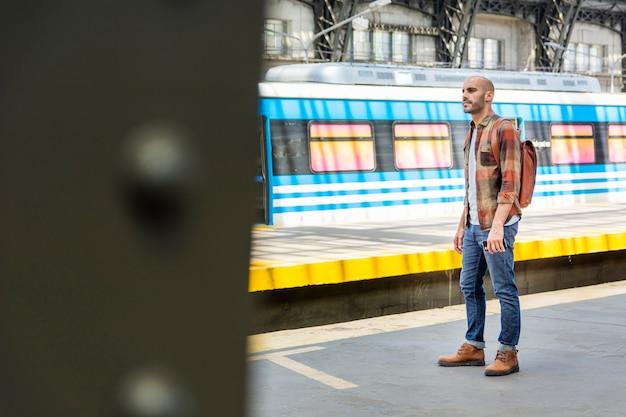 Widok Z Boku Człowieka Z Plecakiem Podróży Darmowe Zdjęcia