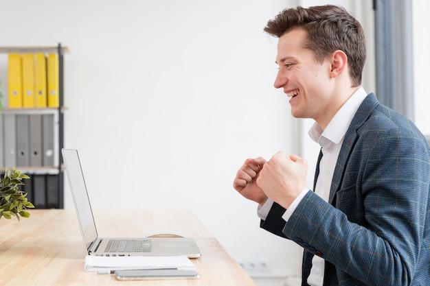 Widok Z Boku Dorosły Mężczyzna Szczęśliwy Do Pracy Premium Zdjęcia