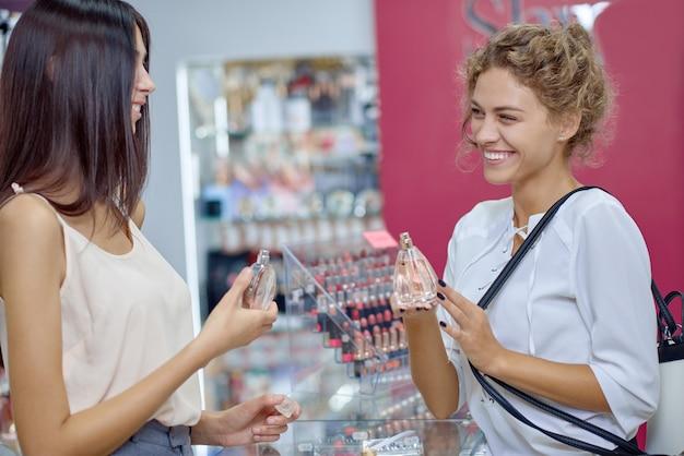 Widok Z Boku Dwóch Pań Rozmawiających Razem W Sklepie Premium Zdjęcia