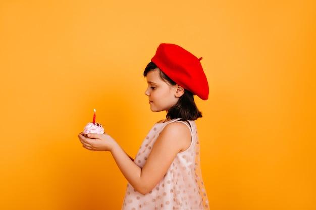 Widok Z Boku Dziecka Trzymającego Tort Ze świecą. Francuski Dzieciak Obchodzi Urodziny. Darmowe Zdjęcia