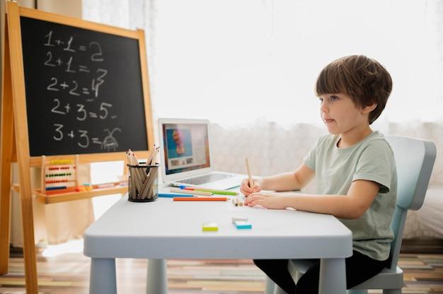 Widok Z Boku Dziecka Uczącego Się Matematyki W Domu Darmowe Zdjęcia