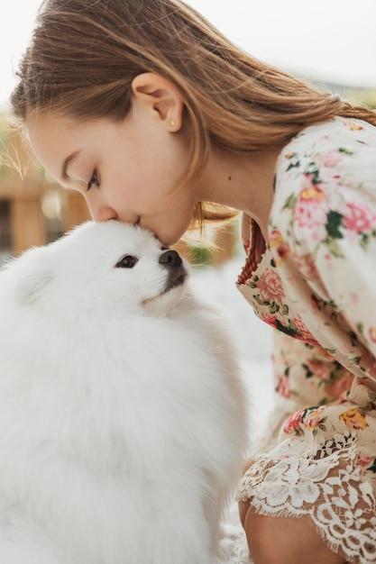 Widok Z Boku Dziewczyna Całuje Swojego Psa Premium Zdjęcia