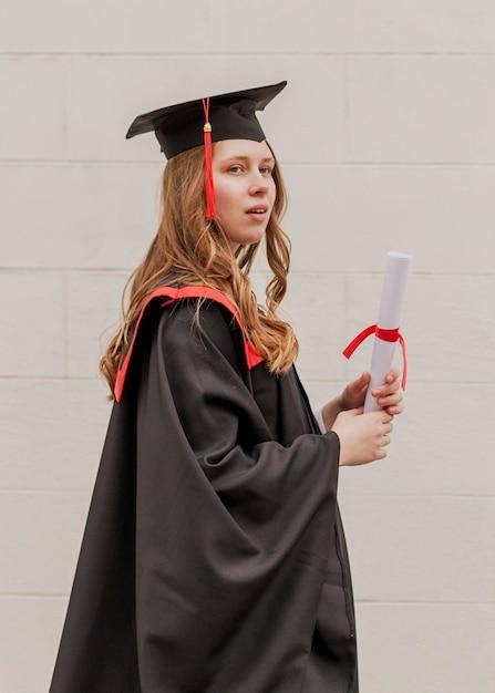 Widok Z Boku Dziewczyna Z Dyplomem Darmowe Zdjęcia