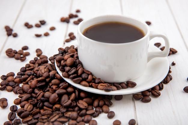 Widok Z Boku Kawy Na Biały Kubek Z Ziaren Kawy Na Białym Tle Na Białym Tle Drewniane Darmowe Zdjęcia