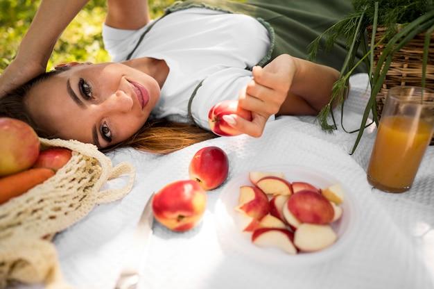 Widok Z Boku Kobieta Piknik Ze Zdrową żywnością Premium Zdjęcia