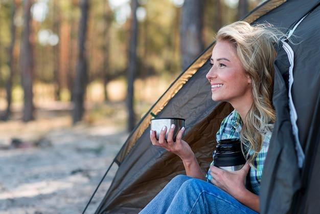 Widok Z Boku Kobieta Trzyma Filiżankę Kawy Darmowe Zdjęcia