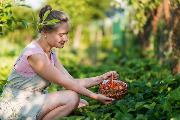 Widok Z Boku Kobieta Trzyma Kosz Owoców Darmowe Zdjęcia