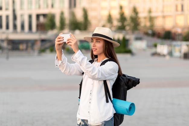 Widok Z Boku Kobiety Robienia Zdjęć Smartfonem Podczas Podróży Darmowe Zdjęcia