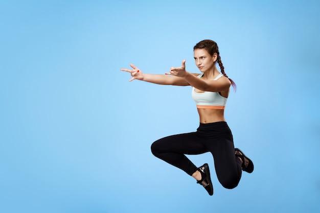 Widok Z Boku ładnej, Sportowej Kobiety Drwiącej Podczas Treningu Darmowe Zdjęcia