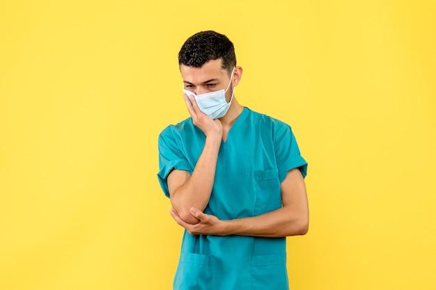 Widok Z Boku Lekarz Lekarz W Masce Myśli O Pacjentach Z Koronawirusem Darmowe Zdjęcia