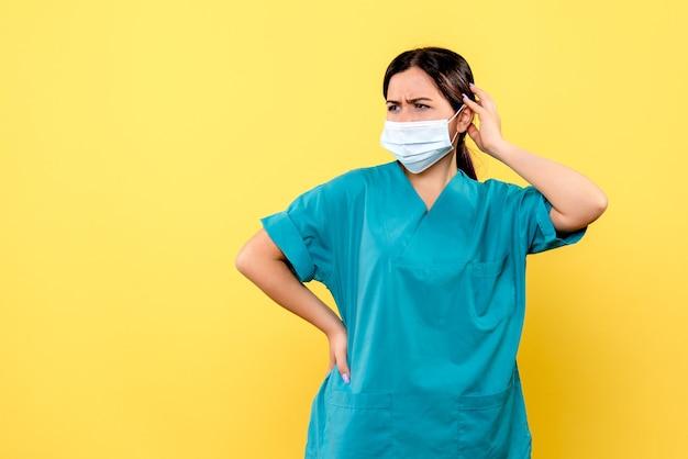 Widok Z Boku Lekarza Zastanawia Się, Jak Wyleczyć Pacjenta Z Covid Darmowe Zdjęcia