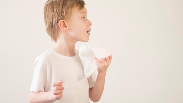 Widok Z Boku Mały Chłopiec Dmuchanie Nosa Darmowe Zdjęcia