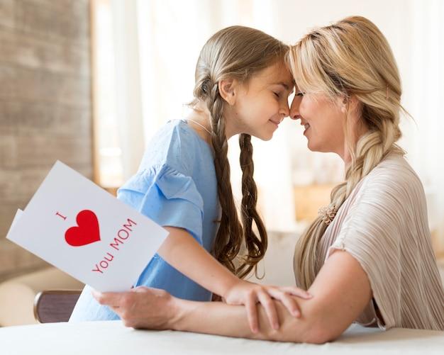 Widok Z Boku Matki I Córki, Pokazując Swoją Miłość Do Siebie Darmowe Zdjęcia