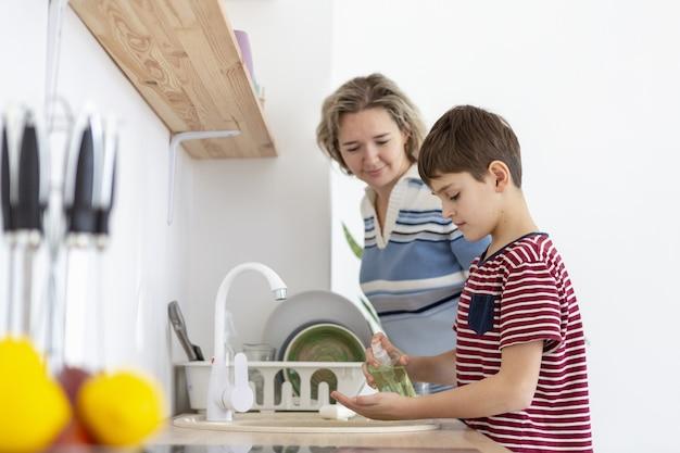 Widok Z Boku Matki Oglądania Syna Umyć Ręce Darmowe Zdjęcia