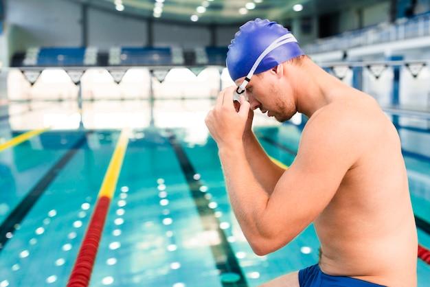 Widok z boku mężczyzna przygotowuje się do pływania Darmowe Zdjęcia