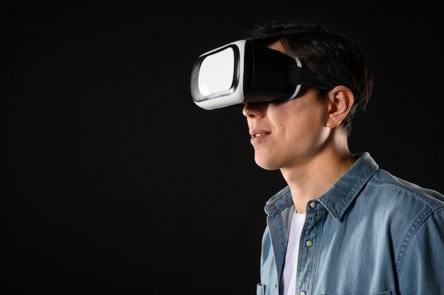 Widok Z Boku Mężczyzna Z Zestawem Wirtualnej Rzeczywistości Darmowe Zdjęcia