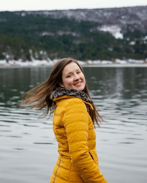 Widok Z Boku Młoda Piękna Kobieta W Przyrodzie Premium Zdjęcia