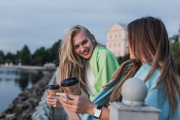 Widok z boku młode dziewczyny patrzą na siebie Darmowe Zdjęcia