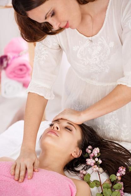 Widok Z Boku Młodego Masażysty Robi Masaż Twarzy Młodej Kobiety Darmowe Zdjęcia