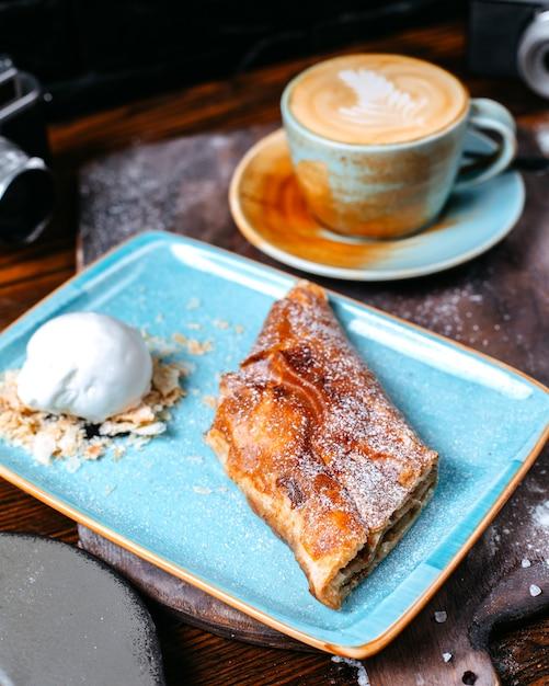 Widok Z Boku Na Filiżankę Kawy Latte Z Strudel Jabłkowy Z Lodami Darmowe Zdjęcia