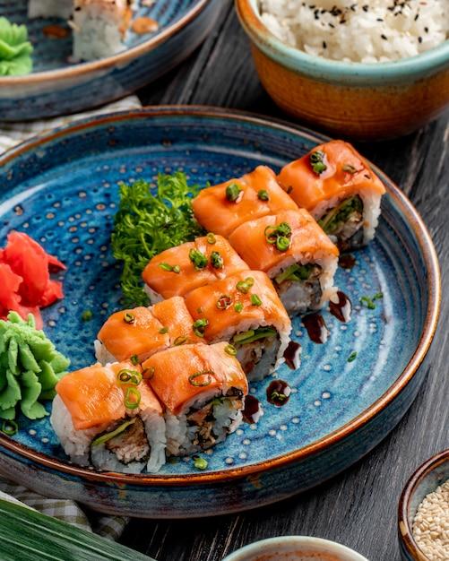 Widok Z Boku Na Rolki Sushi Z Awokado Z łososia I Kremowym Serem Na Talerzu Z Imbirem I Wasabi Darmowe Zdjęcia