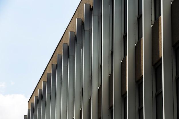 Widok z boku nakładający budynek z oknami Darmowe Zdjęcia