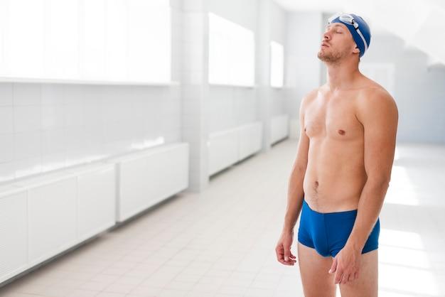 Widok z boku nerwowy pływak przed konkursem Darmowe Zdjęcia