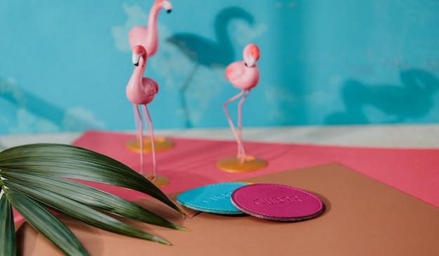 Widok Z Boku Niebieskiej I Różowej Skórzanej Kabiny Na Różowej Flamingo Małej Figury ściennej Darmowe Zdjęcia