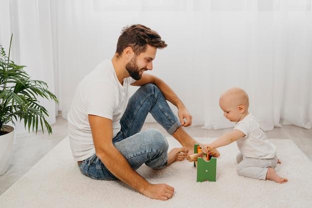 Widok Z Boku Ojca I Dziecka, Grających Razem W Domu Darmowe Zdjęcia
