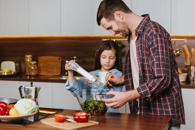 Widok Z Boku Ojca Z Córką Przygotowywania Potraw W Kuchni Darmowe Zdjęcia