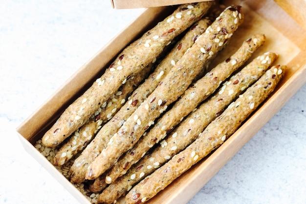 Widok Z Boku Paluszki Chlebowe Z Sezamem W Pudełku Darmowe Zdjęcia