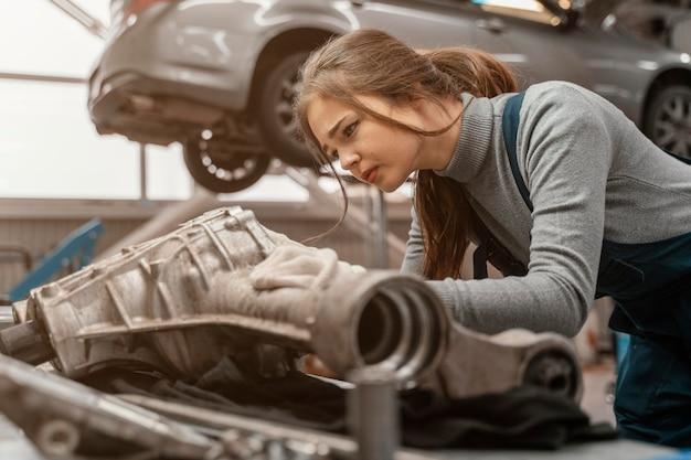 Widok Z Boku Piękna Kobieta Pracująca W Serwisie Samochodowym Darmowe Zdjęcia