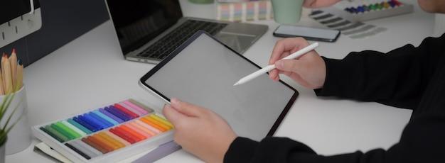 Widok Z Boku Projektanta Na Makietę Tabletu Z Rysikiem Premium Zdjęcia