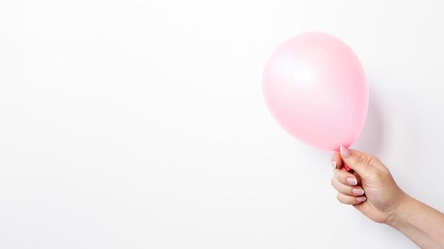 Widok Z Boku Ręki Trzymającej Balon Na Walentynki Darmowe Zdjęcia