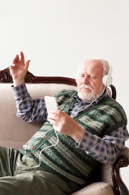 Widok Z Boku Seniora Na Kanapie Odtwarzanie Muzyki Darmowe Zdjęcia