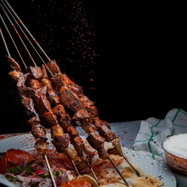 Widok Z Boku Shish Kebab Na Szaszłykach Z Pomidorem I Papierem Oraz Ayran W Białym Talerzu Darmowe Zdjęcia