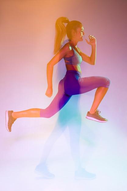 Widok z boku sportowca sprintu Darmowe Zdjęcia