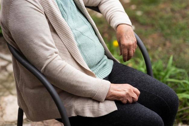 Widok Z Boku Starej Kobiety W Domu Opieki Darmowe Zdjęcia