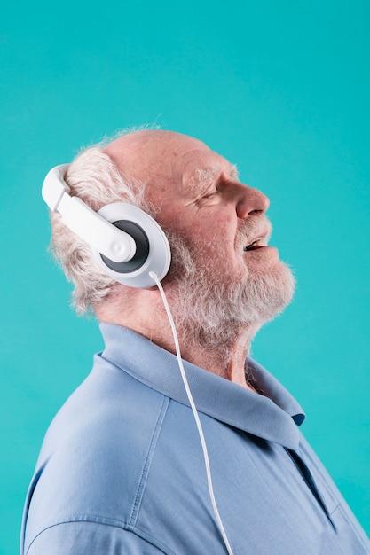 Widok z boku starszy ciesząc się muzyką Darmowe Zdjęcia