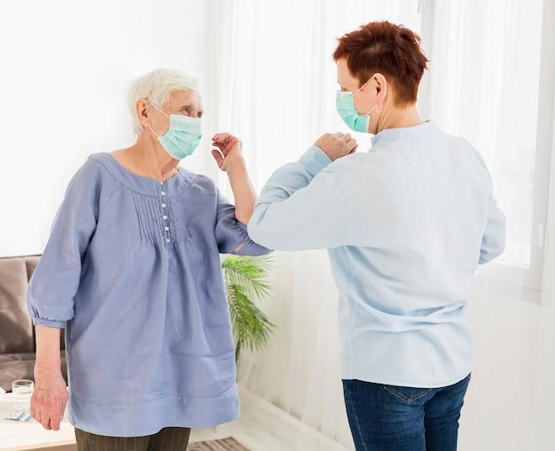 Widok Z Boku Starszych Kobiet Pozdrawiających Się Dotykając łokci Darmowe Zdjęcia
