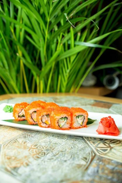 Widok Z Boku Sushi Zestaw Bułek Z Mięsem Krabowym I Awokado W Kawiwie Latającej Ryby Na Zielono Darmowe Zdjęcia