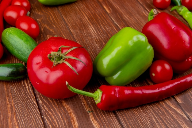 Widok Z Boku świeżych Warzyw Dojrzałe Pomidory Ogórki Czerwona Papryka Chili I Kolorowe Papryki Na Drewnie Rustykalnym Darmowe Zdjęcia