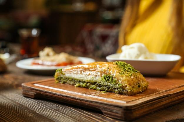 Widok Z Boku Tradycyjna Turecka Baklava Z Lodami Na Tacy Darmowe Zdjęcia