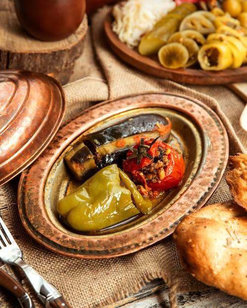 Widok Z Boku Tradycyjnego Dolma Azerskiego Z Mięsem Dolma Z Warzyw Papryki, Pomidora I Bakłażana Darmowe Zdjęcia