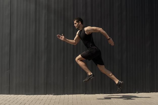 Widok Z Boku Ujęcie Sprawnego Młodego, Wysportowanego Mężczyzny Skaczącego I Biegającego. Darmowe Zdjęcia