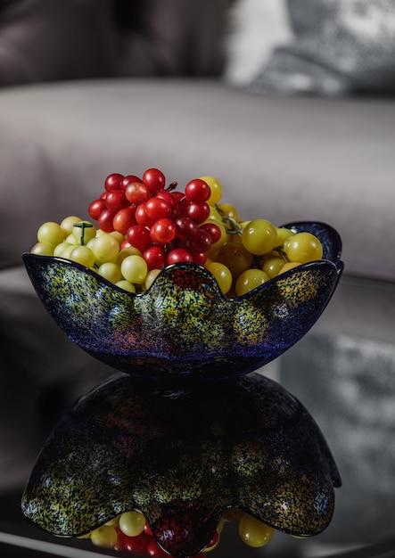 Widok Z Boku Winogron W Szklanej Wazonie Na Stole Darmowe Zdjęcia